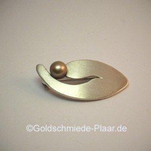 Brosche aus Silber mit Perle