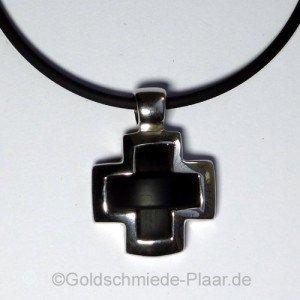 Kreuz mit Kautschuk als Kettenanhänger