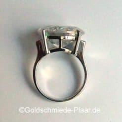 Solitär-Ring mit großem Zirkonia seitlich