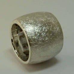 Breiter Ring aus Silber, eismatt