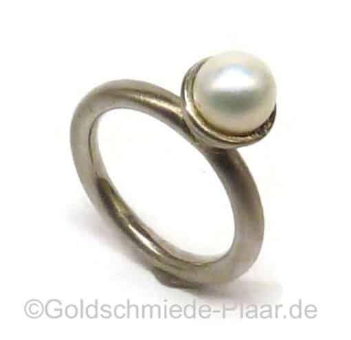 Design-Ring aus Silber mit Zuchtperle